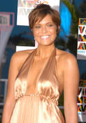 http://img171.imagevenue.com/loc1138/th_19791_Mandy_at_Video_Music_Awards_2004_13_122_1138lo.jpg